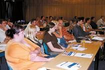 Třicet šest absolventů, kteří se zúčastnili projektu, psali závěrečný test, jenž všichni úspěšně zvládli. Součástí teorie bylo patnáct okruhů. Například psychologie, marketing, odměňování nebo závěrečná prezentace v PowerPointu. Ilustrační fotografie.