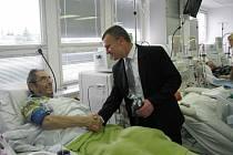 U příležitosti dvaceti let  dialyzačního střediska v Ústí nad Orlicí dostali jeho pacienti od vedoucího lékaře Petra Goruna dárek.