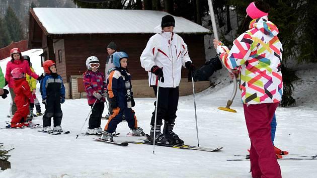Z výuky lyžování školáků z Písečné, kterou zajistili studenti a pedagogové z Letohradského soukromého gymnázia.