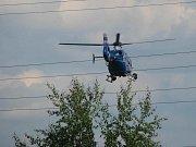 Autobusy s fanoušky monitoroval policejní vrtulník.