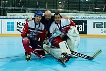 S ÚSMĚVEM na tváři odjížděl ze světového šampionátu gólman Jan Šimara (vpravo). Zklamání po semifinálové porážce od Slováků nahradila bronzová medaile po výhře nad Řeky.