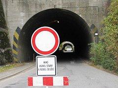 Tunely do českotřebovské průmyslové zóny jsou kvůli opravě vozovky na rok uzavřeny.