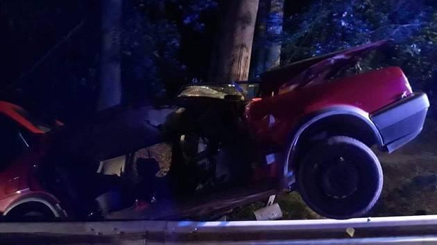 Dopravní nehoda osobního auta u Řetůvky. Mladý řidič při ní v noci na pondělí utrpěl těžká poranění.