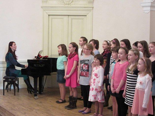 ZUŠ Vysoké Mýto před několika dny uspořádala Jarní koncert, jeho výtěžek v hodnotě 4338 korun věnovala benefičnímu festivalu Hudba pomáhá Hudba pro Verunku.