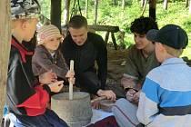 Účastníci Putování za třebovským kohoutem navštívili pravěkou osadu v Křivolíku.
