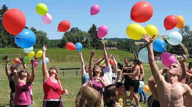 117 balónků vyhodili šestkrát nad hlavu a rekord byl na světě.