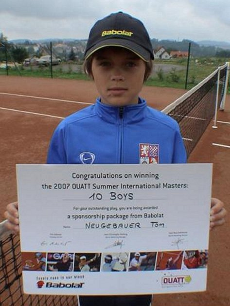 Tomáš Neugebauer s trofejí za vítězství na turnaji v Umagu