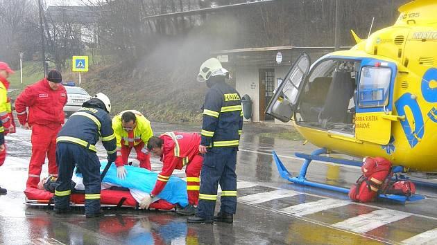 V pátek 13. března byl při vyládání přepravovaných aut sražen a těžce zraněn muž, pro kterého musel přlétnou vrtulník zdravotnické záchranné služby, který přistával přímo na silnici.