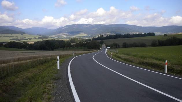 Modernizovaná silnice II/312 z Králík na Červený Potok.