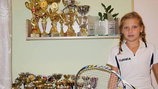 SBÍRKA trofejí Natálie Jindrové ukazuje, že tenistka, jež začínala v Žamberku, má před sebou zajímavou budoucnost. Tenisově růst bude nyní v elitním klubu TK Agrofert Prostějov.
