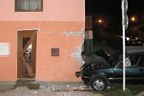 Ve Vysokém Mýtě narazil mladý řidič do rodinného domu.