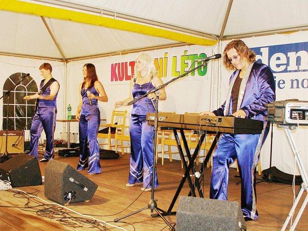 Skupina ABBA Revival zahájila Kulturní léto na farní zahradě.