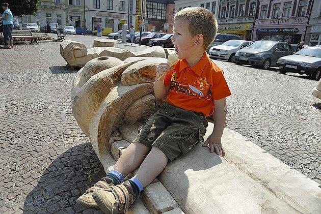 Do 13. července bude na ústeckém Mírovém náměstí k vidění devět originálních laviček, které vyrobili studenti a pedagogové Vyšší a Střední uměleckoprůmyslové školy z pražského Žižkova.