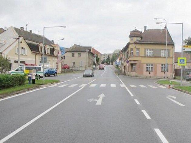 Z nehody v Lanškrouně. Řidič srazil na přechodu seniorku a ujel.