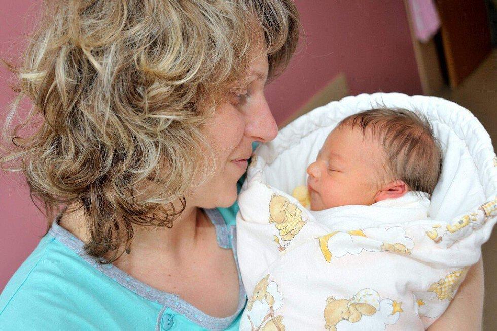 Věra Tichá bude doma ve Vraclavi s rodiči Květou a Petrem a dvojčaty Péťou a Pavlíkem. Když se 1. dubna narodila, vážila 2,81 kg.