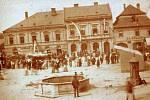 Severní část choceňského náměstí. Dům uprostřed - bývalý hostinec U České koruny. Později Hlaváčova lékárna, konec 19. století.