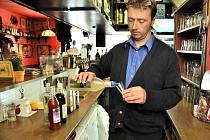 Majitel restaurace Bohemia Jiří Deml stále nabízí jen slabší alkohol. S prodejem tvrdého alkoholu vyčkává, až bude mít všechny potřebné informace.