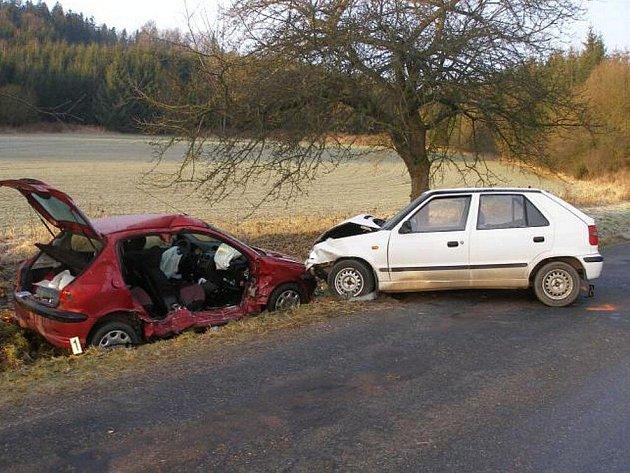 Za obcí Libchavy se čelně střetla dvě vozidla.