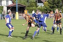 FK Kerhartice (v modrém).