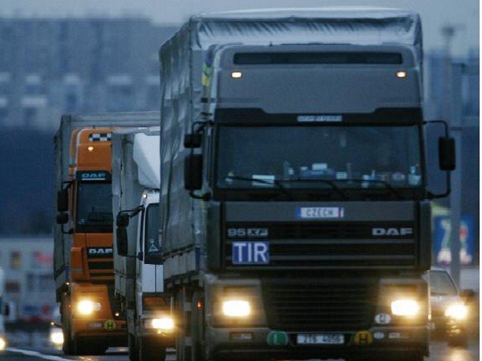 Práce řidiče kamionu není jednoduchá. Vyžaduje mimo jiné trpělivost v kolonách, praxi na silnicích, základní znalost cizích jazyků a dobrý zdravotní stav. Ilustrační foto.