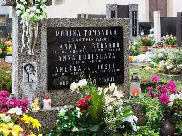 Pobožnost uhrobu Anny Bohuslavy Tomanové na hřbitově vKlášterci nad Orlicí.