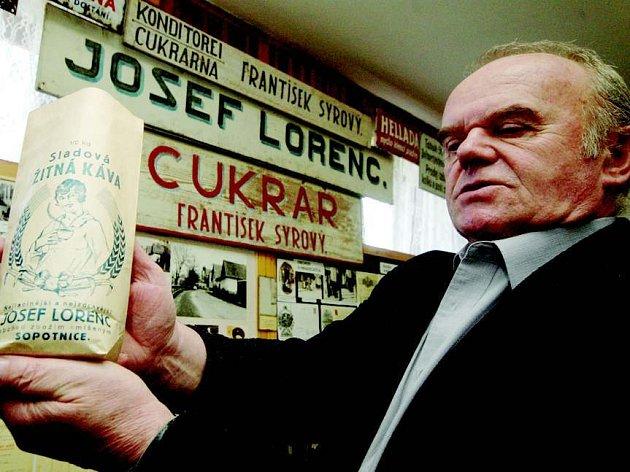 Josef Hradecký ukazuje jeden z exponátů