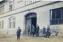 Hotel Kislinger pohled na hlavní vchod do hotelu s personálem, počátek 20. století.