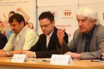 Ladislav Škorpil na tiskové konferenci (vpravo).