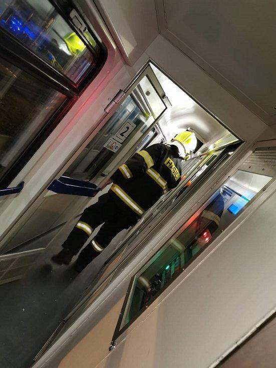 Hned ze dvou vlaků dvou společností muselo osm jedotek hasičů evakuovat asi 140 cestujících. Na pomoc byl povolán i evakuační autobus z Pardubic.