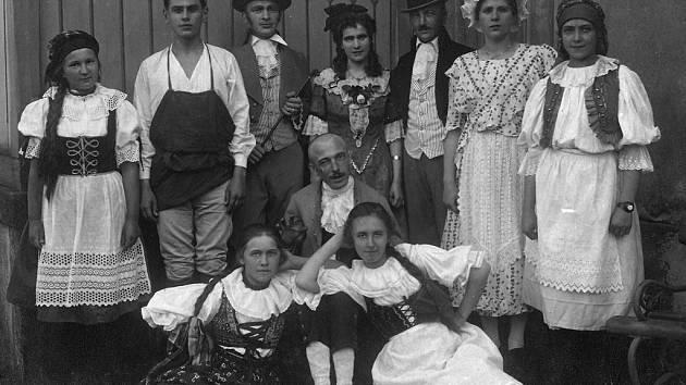 """První snímek zachytil divadlo v přírodě v Javorce u budovy někdejší dřevěné restaurace v roce 1916. Hra se jmenovala """"Rovnoprávnost lásky"""". Režisérem byl František Kšír."""