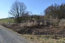 Místo v Rudolticích, kde hořel travní porost.