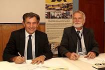 Generální ředitel SOR Libchavy Jaroslav Trnka a  ředitel Střední školy automobilní v Ústí nad Orlicí Petr Vojtěch.