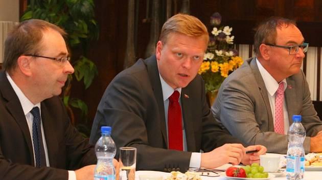 Vicepremiér Bělobrádek při diskuzi v Ústí nad Orlicí.