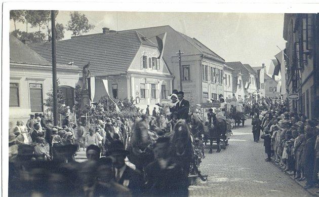 Baráčnická slavnost před hostincem, první republika. Zdroj: Orlické muzeum Choceň