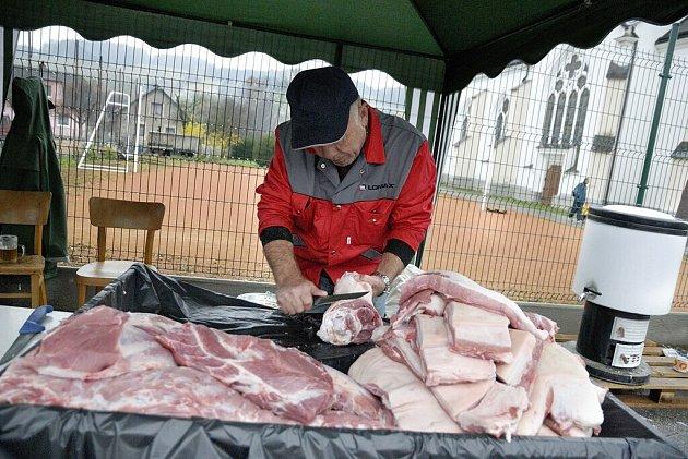Od řezníka putovalo maso při Svatomartinské zabijačce v Dlouhé Třebové rovnou do kuchyně.