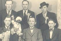 Psal se rok 1936 a chlapce ze Rzů doprovázel k odvodu starosta Josef Jeništa.