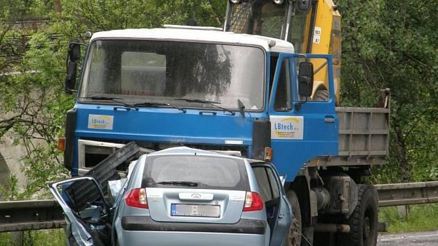Řidič s hyundaiem vletěl pod náklaďák, rychlou jízdu zaplatil životem.