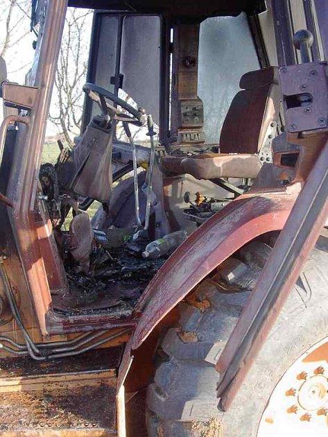 Vyhořelá kabina bagru.