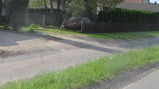 Zaparkoval na cizí zahradě.