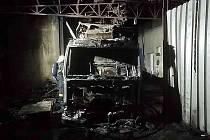 Nákladní vůz pohltily plameny
