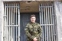 Jeffrey Dotson už čtvrtým rokem během léta provází turisty dělostřeleckými tvrzemi Bouda a Hůrka.