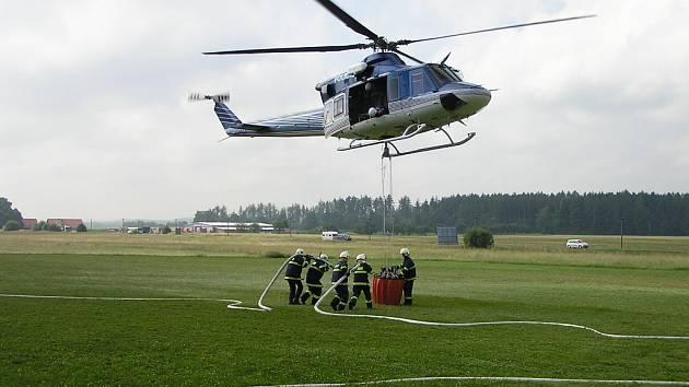 VÝCVIK plnění závěsného vaku vrtulníku na hašení požáru v těžko přístupném terénu se uskutečnil v polovině týdne na letišti ve Vysokém Mýtě.