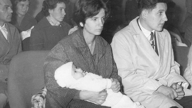 Snímek z vítání občánků v roce 1963 na lanškrounské radnici.