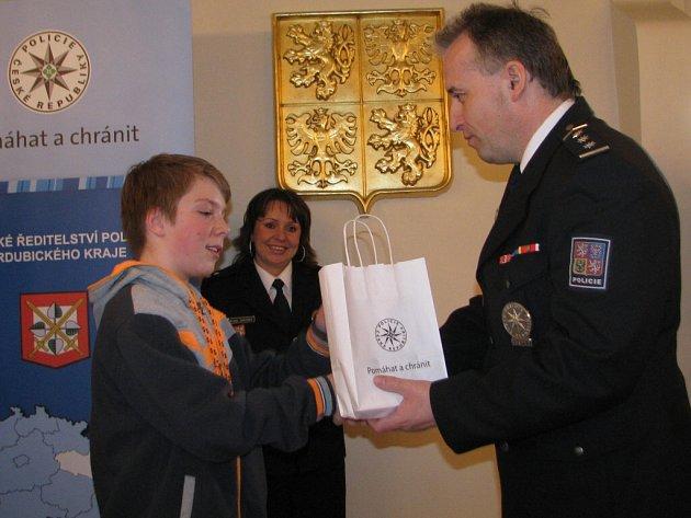 Jan Vrábel přebírá dárek od ředitele orlickoústeckého policejního oddělení Radomíra Štantejského