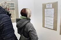 V Regionálním muzeu ve Vysokém Mýtě vystavují dobové tiskoviny a fotografie z roku 89.