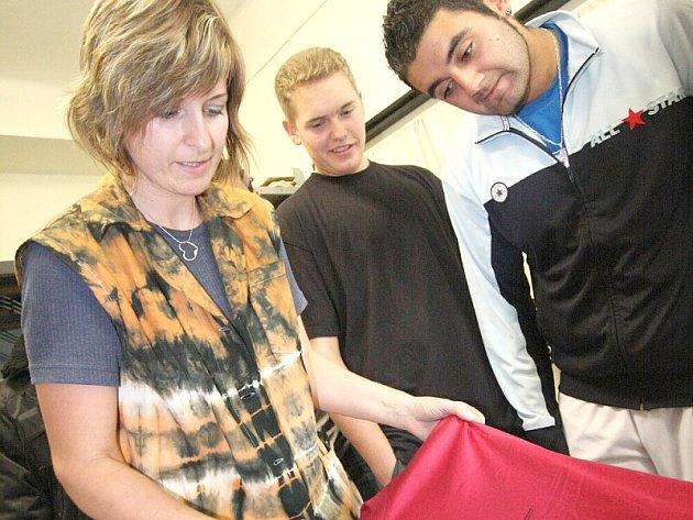 """Studenti společně pracovali v projektu """"Výtvarná dílna II"""", v němž se učili technikám batikování a sítotisku."""