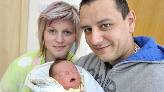 Tomáš Dostál bude s rodiči Šárkou Slavíkovou a Davidem Dostálem doma v Letohradu. Narodil se 19. 2. v 9.31 hodin,  porodní váhu měl 3,76 kg. Těší se na něj i bratříček Mareček.