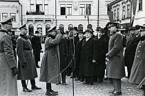 Plukovník von Boltenstern podává hlášení o převzetí správy města a okresu. Hlášení přijal dosavadní velitel místní posádky plukovník Bohuslav Závada. K této události došla až 20. března 1939. Foto: Jan Popelka. Zdroj: Regionální muzeum Vysoké Mýto