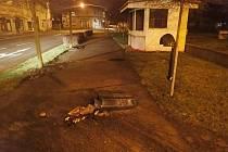 Noční tah městem odnesl odpadkový koš.
