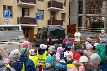 Děti z mateřské školy Taušlova v Letohradě i letos popřály k Vánocům a zazpívaly seniorům z Domu s pečovatelskou službou, letos však z bezpečnostních důvodů venku.
